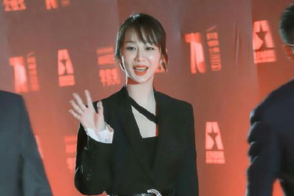 """杨紫为母校北电庆生 晒毕业时手册自己""""性别男"""""""