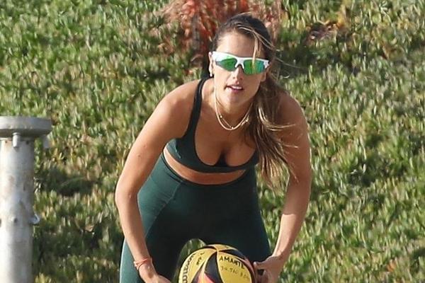 组图:安布罗休穿分体衣超火辣 海滩打排球豪放俯身秀曲线
