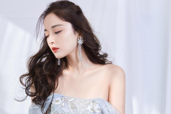 组图:娜扎穿刺绣长裙秀酥胸香肩 背部线条优美性感撩人