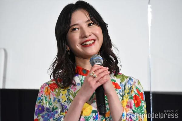 组图:吉高由里子出席活动 身穿碎花长裙笑容灿烂