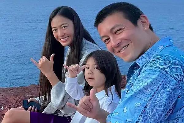 组图:陈冠希晒海边全家福 一家三口摆同款手势氛围温馨