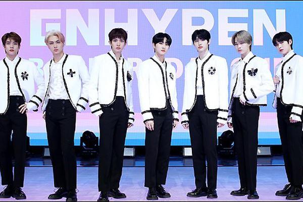 组图:韩国新人男团ENHYPEN出道 白衣造型亮相清爽帅气