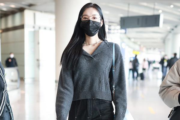 组图:刘令姿穿V领上衣秀性感锁骨 长发飘飘戴眼镜气质温柔