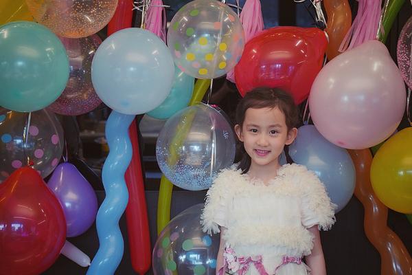 多多為妹妹慶祝7歲生日現場好溫馨 留短發涂紅唇顯成熟