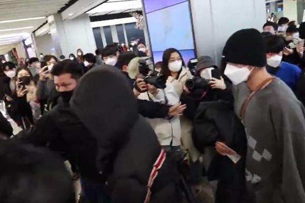 威神回首尔机场引发混乱 成员TEN现场被挤倒