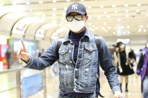 马景涛潮男穿搭架墨镜长腿抢镜 59岁身材健硕状态好