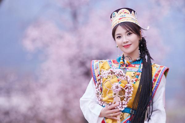 刘涛桃花树下仰望天空 披洁白哈达优雅美丽