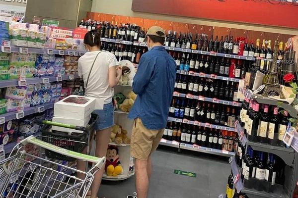 恋情曝光?网友偶遇疑似杨玏与女友人甜蜜逛超市