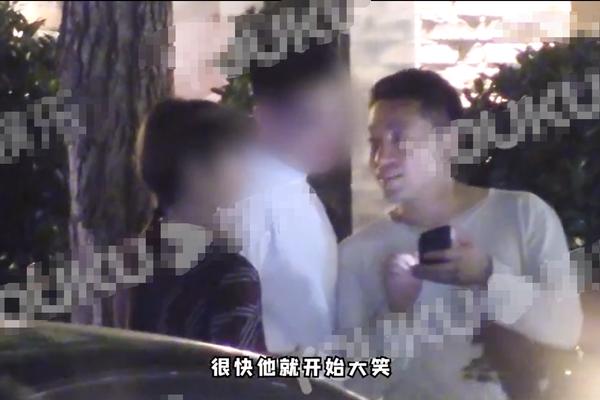 汪小菲与好友酒吧聚会被拍 站路边热聊大笑