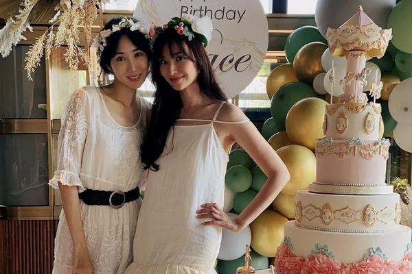 吴佩慈43岁生日趴曝光 穿白色吊带裙与贵妇们聚餐似婚礼