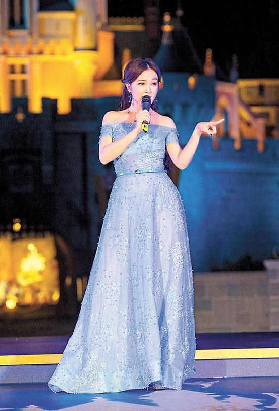 谢安琪在城堡前演唱全新主题曲《有梦要想Happily  Ever  After》