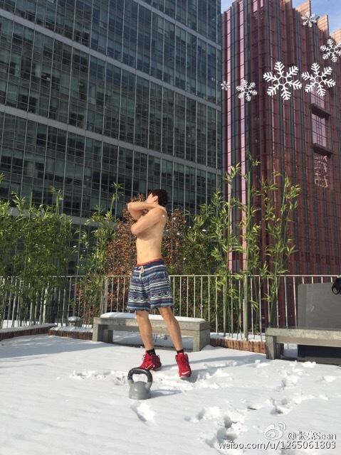 张亮裸上身用雪搓澡