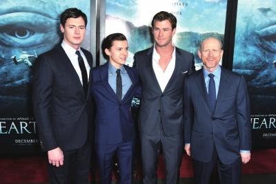 本杰明·沃克、汤姆·赫兰德、克里斯·海姆斯沃斯和导演朗·霍华德(左起)出席《海洋深处》首映礼。