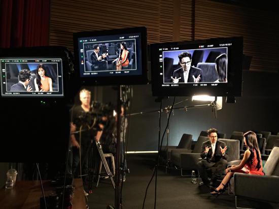 """在""""Bad Robot变质机具人工干室""""专访《星球父亲战7:原力睡觉悟》带演J·J·艾布匹弹奏姆斯"""