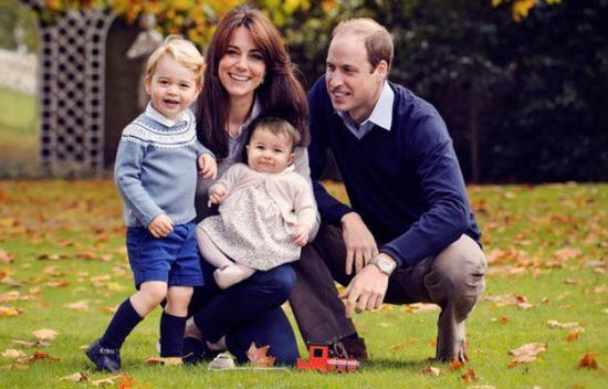 英皇室圣诞卡拍摄趣闻:乔治王子紧攥玩具