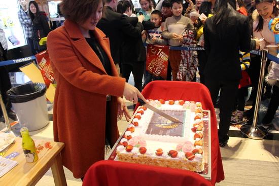 金逸国际影城专题 > 正文         整个周年庆典在切蛋糕仪式中走向图片