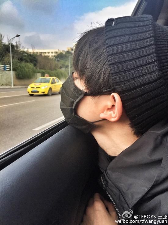 王源脸贴车窗闭眼睛:听说网红都这样自拍