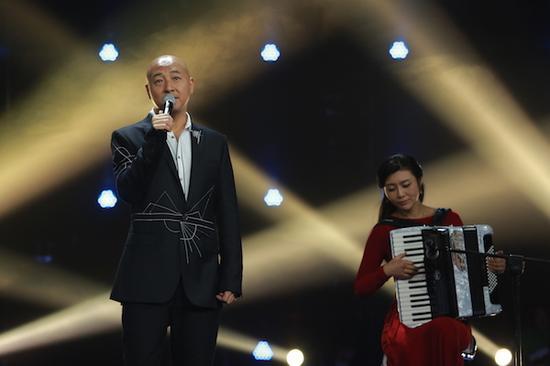 图:歌手周晓鸥演唱《青春啊青春》。