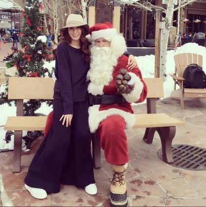徐子淇(左)俏皮坐在圣诞老人大腿上