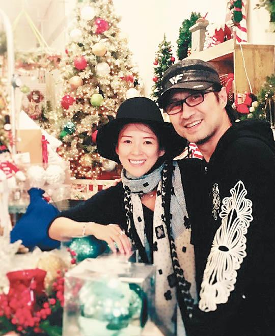 章子怡、汪峰日前上载一张照片庆祝圣诞。