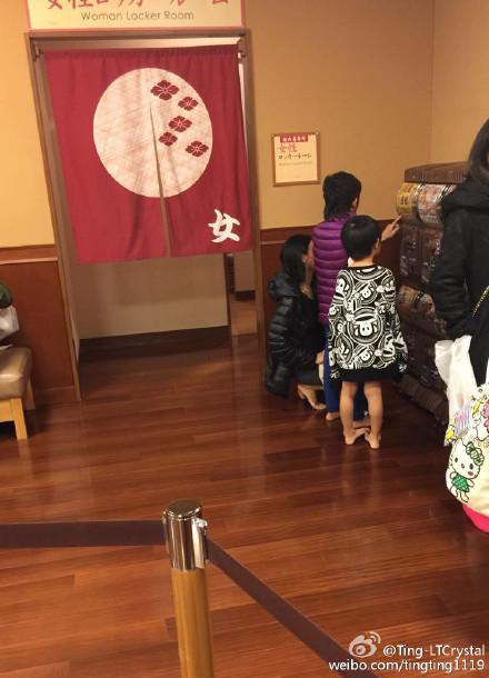 网友在日本偶遇张柏芝母子