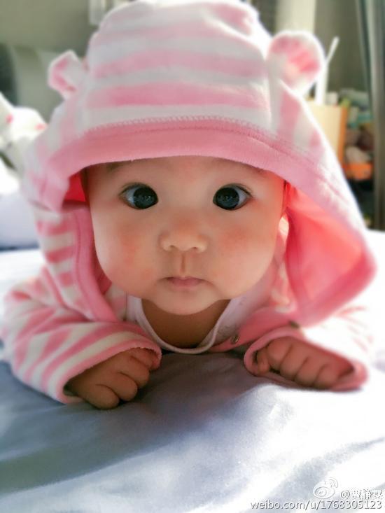 贾静雯晒女儿五个月近照 大眼水灵超萌