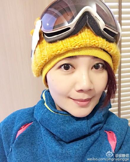 梁静茹假期滑雪心情好 与老公雪地里合影