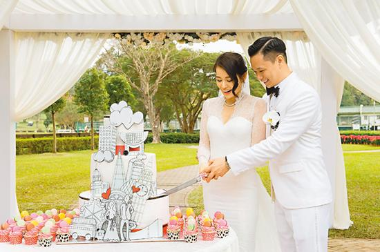 胡杏儿与老公李乘德一齐切蛋糕