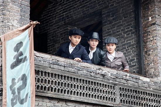 李晟饰演的张青云带领丁家堡的嫂子们英勇奋战图片