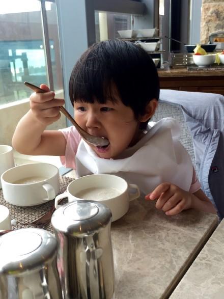 陆毅晒二胎女儿吃饭照 大口吃饭表情呆萌