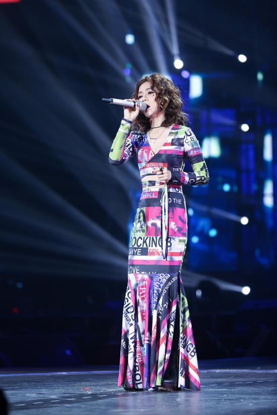 新浪娱乐讯 日前邓紫棋出席湖南卫视跨年演唱会,演唱《你把我灌醉图片