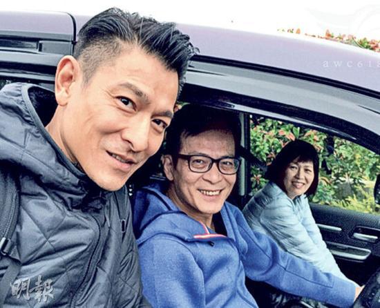 刘德华跟黄日华、梁洁华合照,三人笑容灿烂。