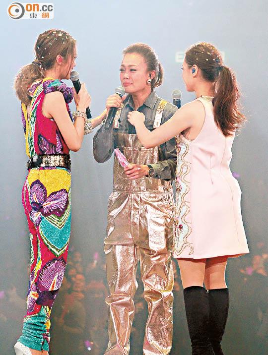 容祖儿激动地在台上哭。