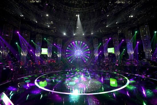来到第四季的《歌手》在舞美设计上可谓是绞尽脑汁求突破,其视觉呈现