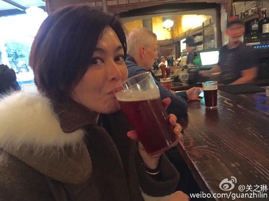 关之琳豪饮啤酒