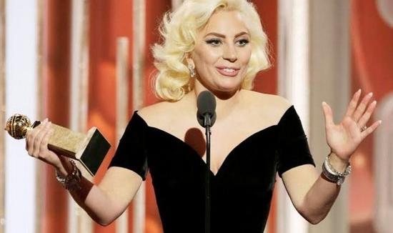 新浪娱乐讯 北京时间1月21日消息,据国外媒体报道,英国老牌音乐人埃尔顿-约翰(Elton John)日前透露,他已经加盟了Lady GaGa新专辑的制作团队,据约翰称,Lady GaGa正在筹备中的新作品回到了她早期的风格。   Gaga是埃尔顿-约翰孩子的教母,此前有报道称,Lady GaGa将在2016年年内推出自己的新一张录音室唱片,传闻中与她合作的制作人包括RedOne和马克-荣森(Mark Ronson)。   在接受Beat 1的萨恩-罗维(Zane Lowe)采访时,埃尔顿-约翰称他