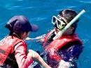 陆毅教女儿玩浮潜