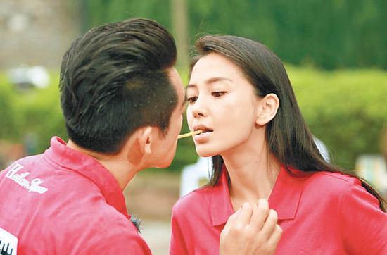 Angelababy与郑恺一起玩游戏。