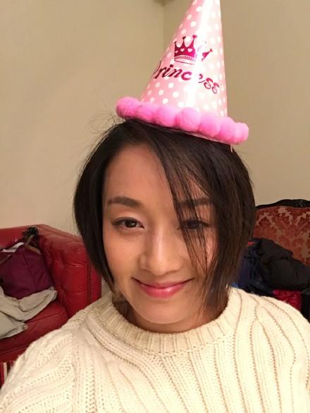 而马伊琍调皮的戴着女儿的生日帽,素颜上镜,照片十分温馨可人.图片