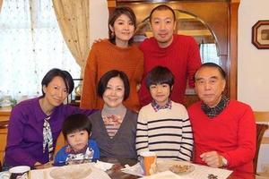 陈慧琳晒全家福 携子与丈夫家人吃团圆饭