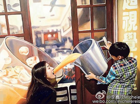"""李嘉欣儿子Jayden Max作状拿着巨型杯""""喂""""她喝""""港式奶茶"""""""