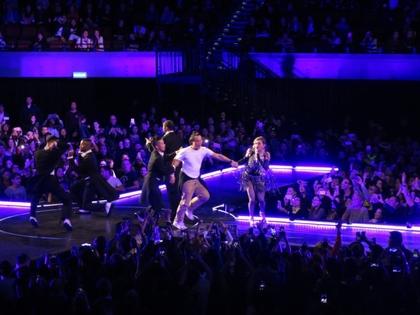 麦当娜在澳门演唱会拉陈奕迅上台