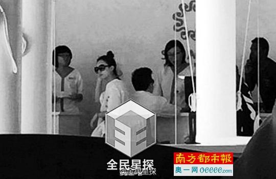 赵丽颖与男子同游马尔代夫,素颜的赵丽颖扎着丸子头,身着休闲的白色T恤,只戴了一副墨镜。