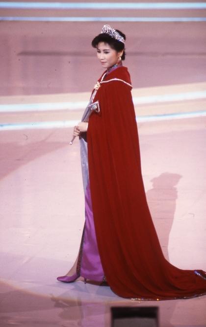 杨宝玲参选1987年香港小姐夺得冠军入行