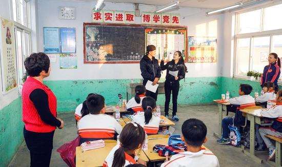 黄晓明baby捐建博爱小学与学生互动