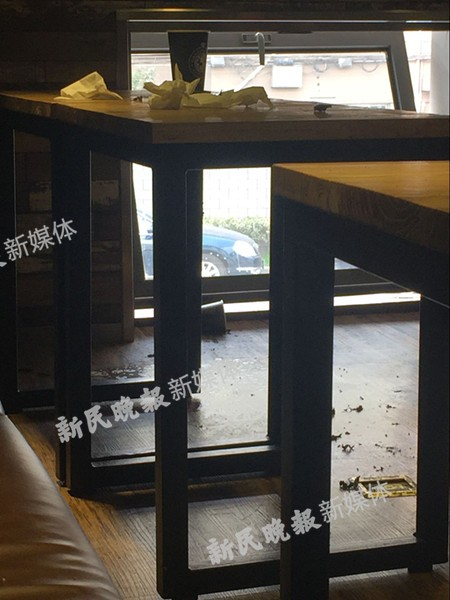 图说:事发咖啡馆地面上还留有过火痕迹。新民晚报新民网实习生 李默 摄