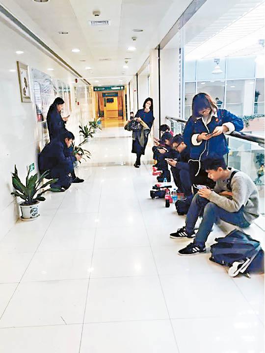 有大批记者及工作人员留守医院。