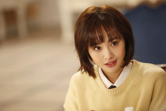 郑爽正在拍摄的新剧《翡翠恋人》的造型