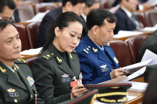李克强总理做政府报告,谭晶等代表和委员专注听会  李舸摄