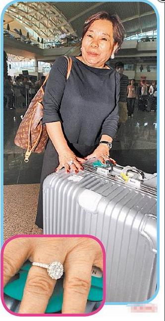 吴奇隆妈妈昨抵达巴厘岛,谈刘诗诗万般好,手上钻戒(小图)是媳妇送的。